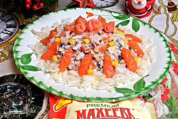 С таким несложным оформлением салат украсит новогодний стол.