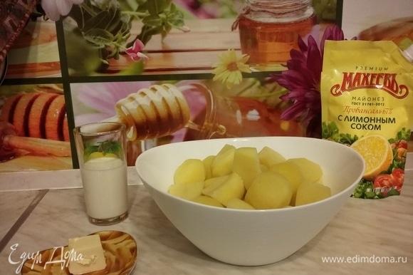 У вареного картофеля сливаем воду, перекладываем картофель в удобную емкость.