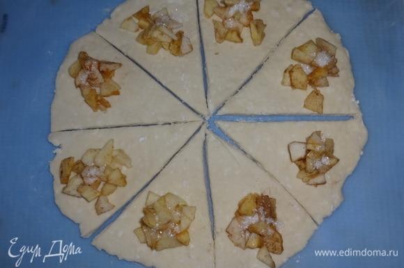 На широкий край каждого сегмента выложить немного яблочной начинки, посыпать сахаром.