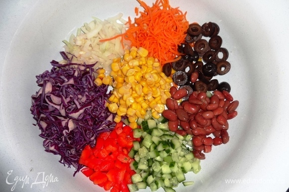 Выложить все компоненты салата в большую миску. Соединить компоненты заправки, перемешать.