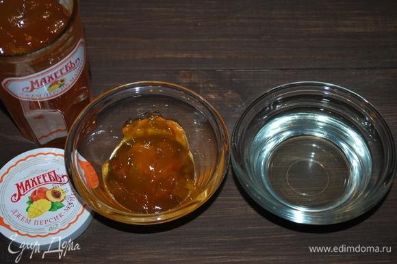 Сделаем пропитку для коржей. Джем «Персик-манго» ТМ «МахеевЪ» (70 г) соединим с сиропом от персиков (100 г).