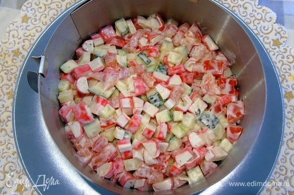 Сверху выложите второй слой из овощей и также слегка утрамбуйте.