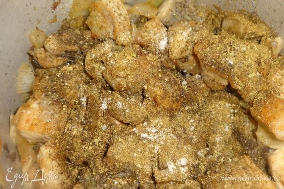 В кастрюлю с мясом и грибами положить специи: хмели-сунели, измельченные семена кориандра, перец, соль.