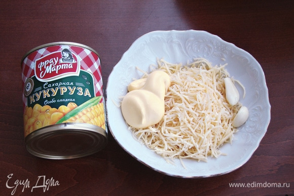 Сыр натереть на мелкой терке, добавить зубчик чеснока, пропущенный через пресс и пару ст. л. майонеза. Все перемешать.