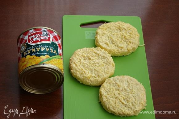 Из ломтиков хлеба вырезать кружочки, равные диаметру бокалов. Каждый ломтик смазать сырной смесью и посыпать нашинкованным укропом.