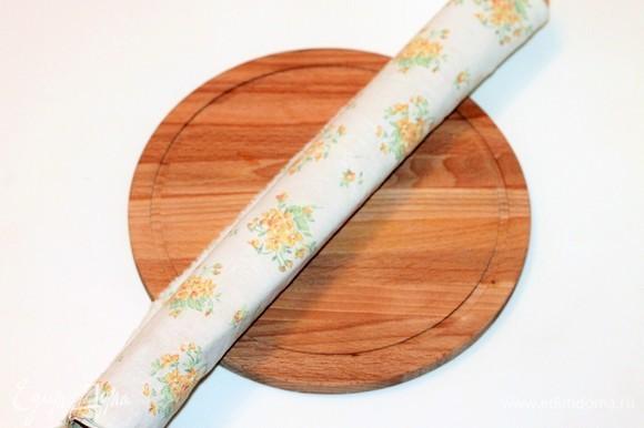 И затем аккуратно скрутить бисквит рулетом прямо с бумагой и полотенцем. Когда он остынет, он легко будет отделяться от бумаги (если хорошая бумага). Рулет оставить на столе остывать минут на 30.