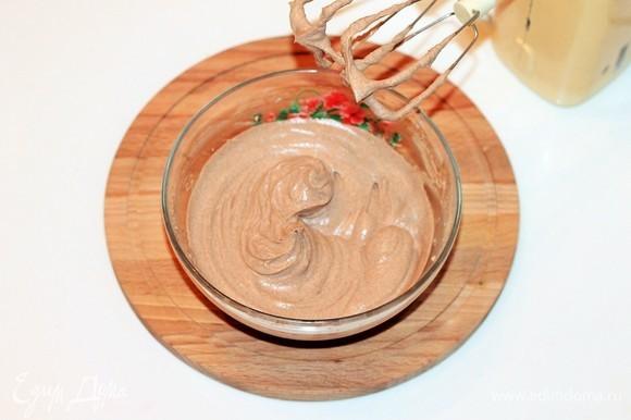 Приготовим крем: в охлажденную сметану добавить сахарную пудру, ванилин, закрепитель для сливок, просеянный какао-порошок и взбить венчиком. Сначала на небольшой скорости, затем ее увеличить. Крем готов, если он держится на венчике миксера. Поставьте его в холодильник.