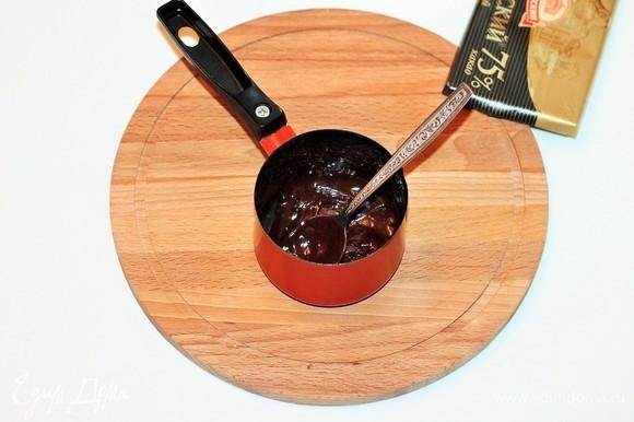 Чтобы украсить рулет, доводим 2 ст. л. молока до кипения и растопим в нем кусочки шоколада.
