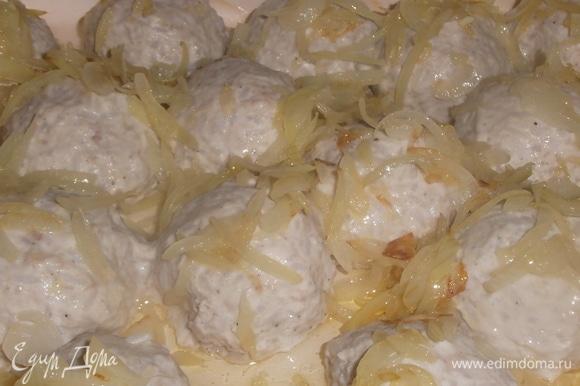 За это время лук обжарить на сливочном масле. Выложить на тефтели.