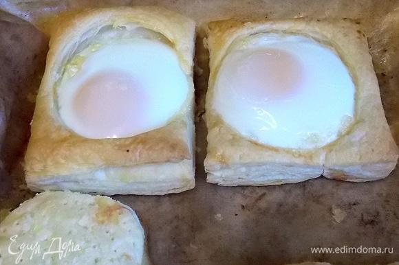 Верните в духовку и запекайте до готовности яиц. Обычно это занимает от 10 до 20 минут. Все зависит от вашей духовки.