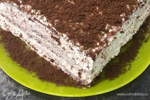 Собираем торт. Берем корж, смазываем его протертой клубникой, сверху промазываем творожным кремом, опять корж и т. д. Все коржи собрать так же поэтапно. Собранный торт промазываем со всех сторон кремом и посыпаем подготовленной крошкой. Сверху украшаем по своему вкусу. Готовый тортик ставим в холодильник на 1 час.