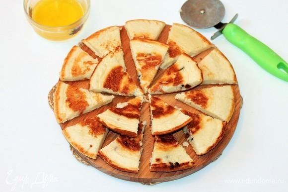 Разрезать омлет на большие кусочки и выложить из сковородки. Так же испечь и второй омлет.