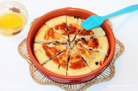 В конце готовки нарезанные кусочки омлета снова положить на сковородку или в теплое блюдо и в течение 1 минуты разогреть в микроволновке или в духовке.