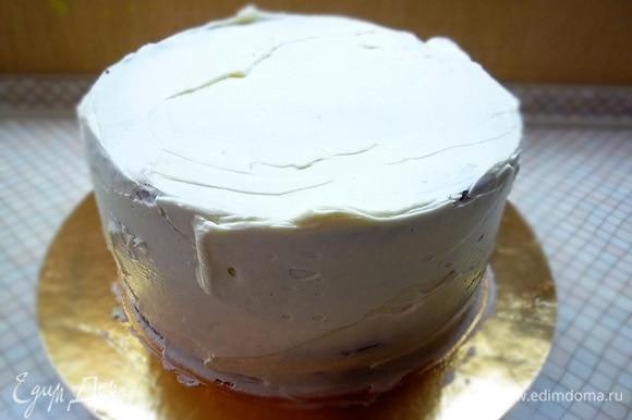 Украшаем торт кремом, выравниваем, время от времени убираем в холодильник.
