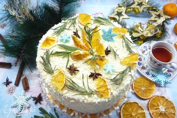Декорируем сушеными апельсинами, снежинками и веточками розмарина.