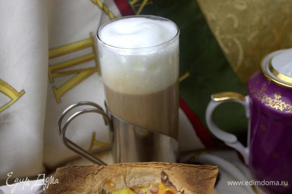 Доливаем в кофе молочную пенку.