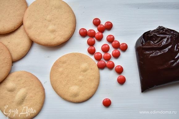 Для оформления потребуются цветные конфеты. Шоколад и сливочное масло растопить на водяной бане. Чуть остудить и переложить в полиэтиленовый пакет. Кончик пакета срезать ножницами.