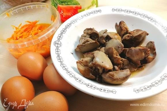 В подсоленной воде отварить куриную печень, яйца вкрутую.