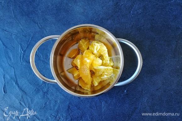Апельсин очистите от кожуры и перегородок, нарежьте произвольно. Потребуется 50 граммов чистой мякоти.