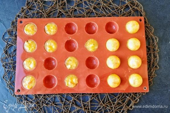 Примерно через 40–60 минут соедините полусферы в шарики. Надо всего 6 сфер, но я делала с запасом. Дети очень любят такую натуральную сладость, поэтому применение невостребованным было найдено моментально!