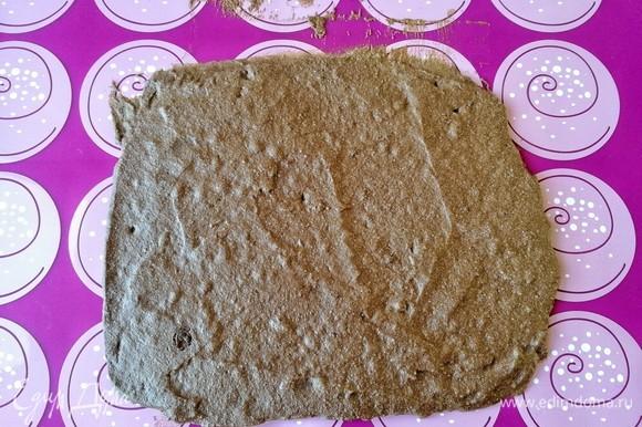 Готовый бисквит оставляем прямо на силиконовом коврике до полного остывания, что происходит довольно быстро, так как он тоненький.