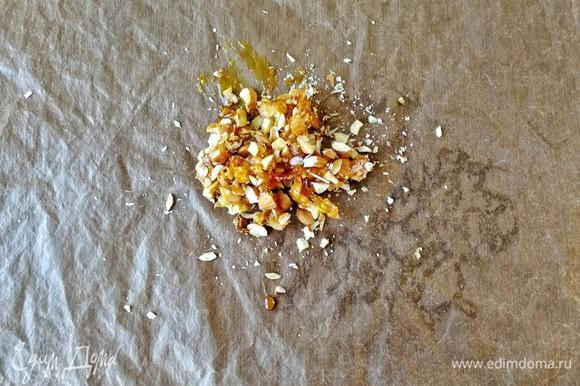 Орехи выкладываем на пергамент или силиконовый коврик, сверху поливаем карамелью и даем остыть.