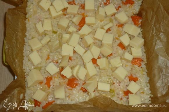 Сыр нарезать кубиками, выложить в форму.