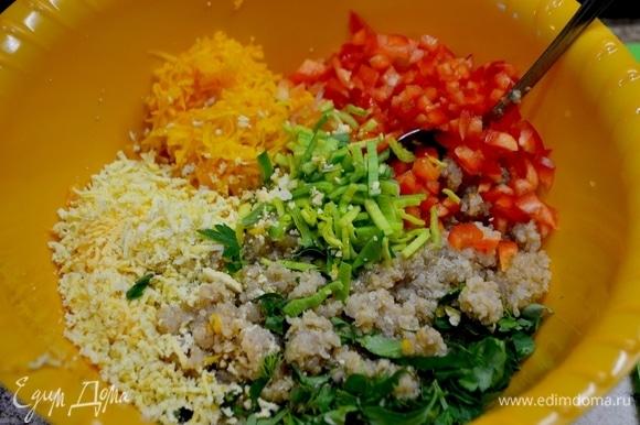 От яиц отделить желток, натереть на терке. Натереть тыкву, мелким кубиком нарезать красный болгарский перец, соломкой нарезать лук-порей, добавить зелень.