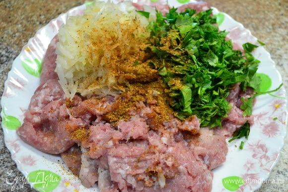 Пока закипает вода и варится промытая фасоль, почистить овощи, вымыть. Нарезать картофель соломкой, лук — мелким кубиком для супа, помидор натереть на терке. Лук, морковь, помидор пассеровать. Готовим фрикадельки: в фарш добавить зелень, лук, натертый на терке, соль, специи. Сформировать фрикадельки.