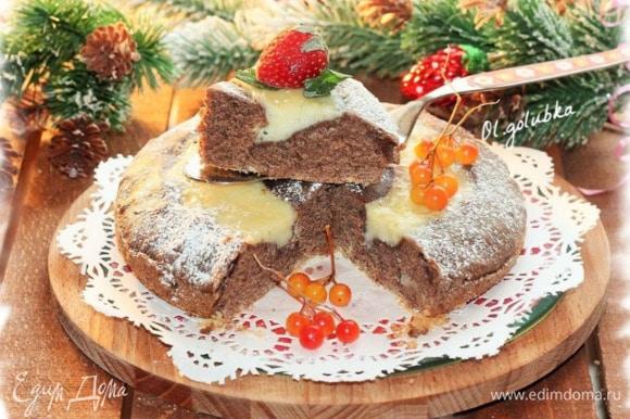 Перед разрезанием, пирог немного охладите. По желанию посыпьте пирог сахарной пудрой.