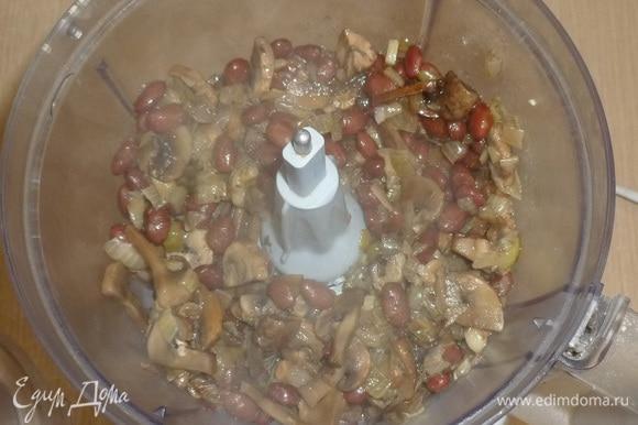 Переложить содержимое сковороды в кухонный комбайн и измельчить в однородный паштет.