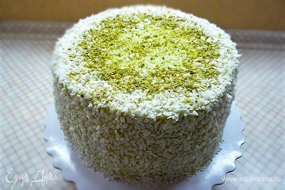 Бока торта обсыпаем шоколадной и кокосовой стружкой, посыпаем измельченной фисташкой.