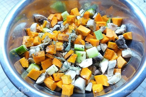 Для начинки кабачок, тыкву и шампиньоны нарезаем небольшими кубиками. Смешиваем овощи в чашке, добавляем горчицу, тимьян, розмарин, измельченный чеснок, солим и перчим по вкусу. Перемешиваем.