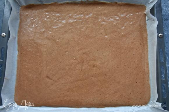 Противень застелить промасленной пергаментной бумагой. Выложить тесто, разровнять его по всей поверхности. Выпекать бисквит в духовке, разогретой до 180°C 15 минут.