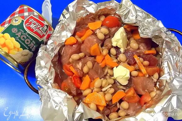 Положить мясо с овощами. Влить вино и положить кусочки масла.