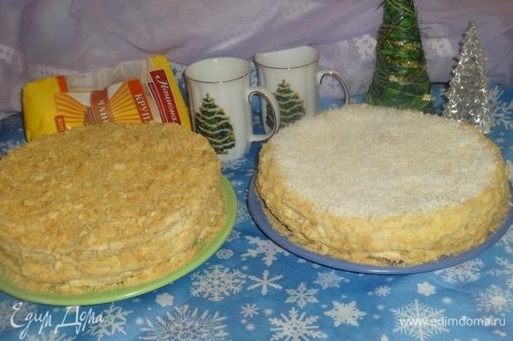Достать торты из холодильника. Смазать верх и бока оставшимся кремом. У одного торта я обсыпала крошкой верх и бока, а у другого верх посыпала белой кокосовой стружкой, а бока — крошкой.