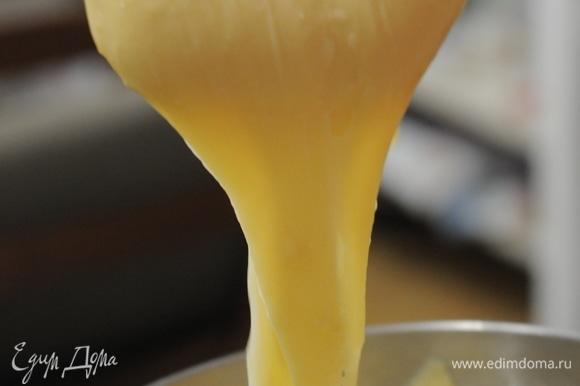 Дать тесту остыть. Перемешать вилкой яйца и вводить их частями в тесто, каждый раз вымешивая до однородности и гладкости. Для заварного тесто хорошо использовать планетарный миксер. Последнюю порцию яиц вводить очень аккуратно-тесто должно стекать «треугольником» с лопатки. В зависимости от силы муки (лучше взять «сильную» муку, с большим содержанием белка) может понадобится больше или меньше яиц. Жидким тесто быть не должно!