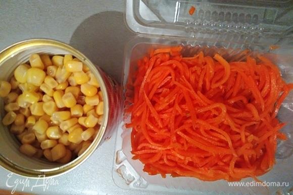 С кукурузы слить жидкость, подготовить морковь.