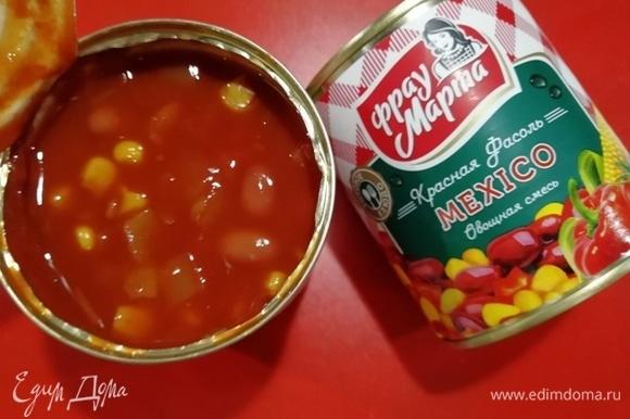 В отдельную емкость сольем жидкость из-под овощной смеси по-мексикански ТМ «Фрау Марта». Жидкость нам понадобится для глазирования, овощная смесь в начинку.