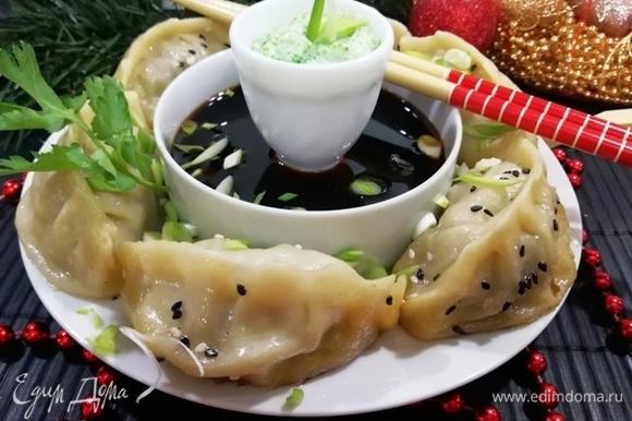 Подаем готовые гедза с соусами. У меня их два: икра летучей рыбы с майонезом и соевый соус с соусом терияки и зеленым луком.