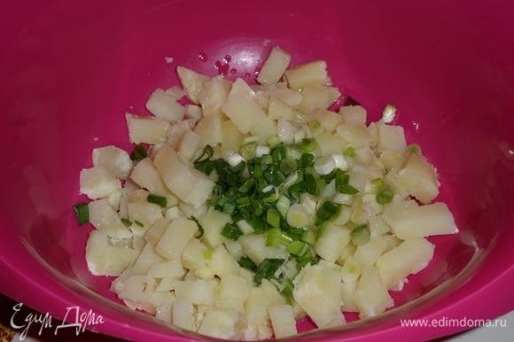 Выкладываем картофель и зеленый лук в чашку. Добавляем чесночное масло.