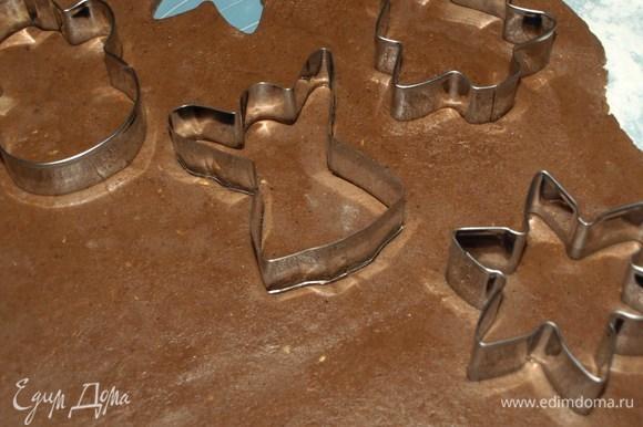 На присыпанной мукой поверхности раскатать тесто в пласт и вырезать печенья.