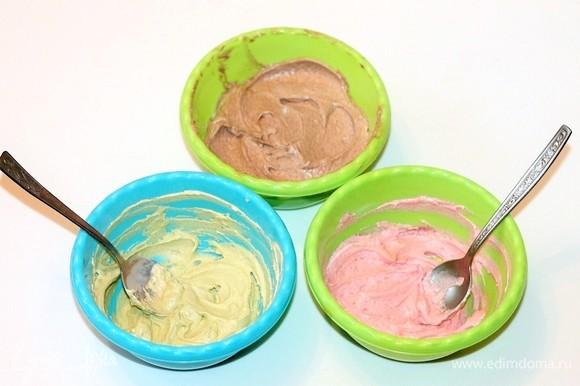 Отделить от общего количества крема по 2 ст. л. и разложить в 2 маленькие миски. Большую часть крема смешать с просеянным какао-порошком. Остальные с пищевыми красителями. Красители у меня — сухой порошок.
