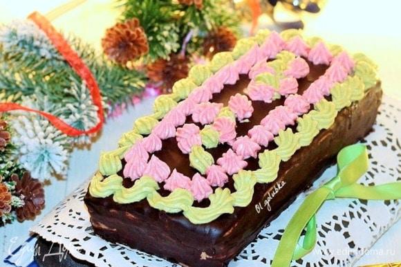 С помощью кондитерского шприца или мешочка выдавить на торт цветной крем и украсить. Можно украсить цукатами. Такой торт, очень вкусный на следующий день. Торт хорошо пропитан, крем нежнейший и конечно аромат ванили.