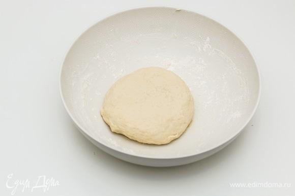 Муки у вас может уйти чуть больше или чуть меньше, поэтому необходимо добавлять ее постепенно. Накрыть миску с тестом полотенцем и оставить отдохнуть примерно на 20 минут при комнатной температуре. Тесто не должно сильно подняться.