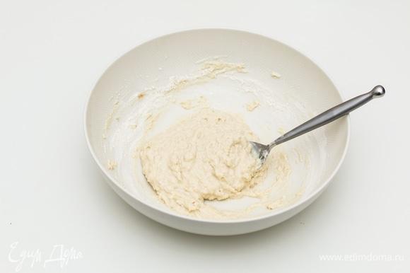 Для теста в широкой миске смешать комнатной температуры молоко, соль, дрожжи и растительное масло. Периодически всыпая просеянную муку, замесить не прилипающее к рукам тесто.