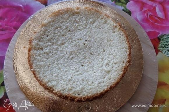 Подложку для торта протереть водкой или спиртом. В центр подложки отсадить 1 «звездочку» крема. Уложить корж.