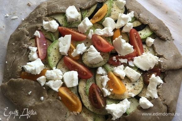 Заверните и защипните края, выложите томаты и сыр.