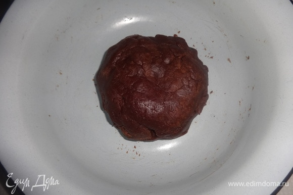 Тесто скатать в шар, накрыть пищевой пленкой и поставить в холодильник на 20 минут.
