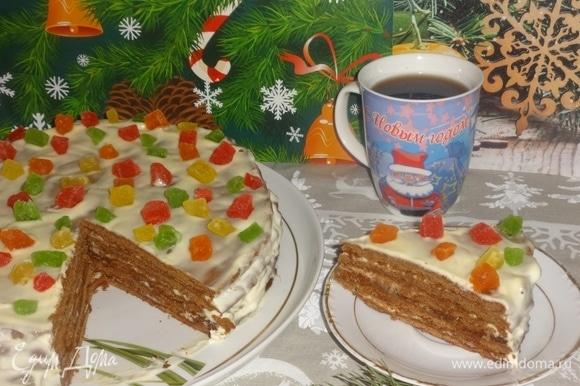 Готовый торт подать на праздничный стол, разрезать на порции. Очень вкусно с чаем, какао, молоком. Угощайтесь! Приятного аппетита! Всех с Новым годом и с Рождеством Христовым!